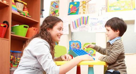 Trò chuyện và chơi cùng để dạy trẻ chậm nói